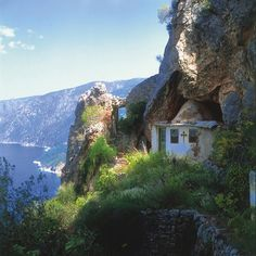 An ascetic cell of a monk on Mount Athos(Holy Mountain) Greece Chilia Cuviosul Iosif Isihastul Amazing Places On Earth, Beautiful Places To Visit, Gfx Design, The Holy Mountain, Cathedral Architecture, Cathedral Church, World Religions, Church Building, Place Of Worship