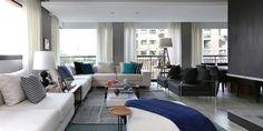 Sofá branco com almofadas Colorida de Hildebrand Silva Arquitetura - Viva Decora