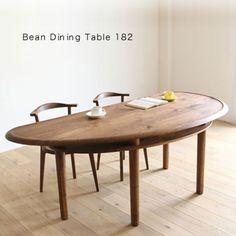 ファブリックソファの3連発になってしまったので今日はダイニングテーブルをご紹介です。ウォールナット材、オーク材の天然木無垢材を使った手作りのオリジナルダイニングテーブルです。Bean(ビーン)という名前が表す通りの姿なんですが、ちょっと不思議な形をしています。良く見ると左右対称ではありません。天板もハンドメイドの削り出しにより縁以外がちょっと凹んで見え、陰影が付いたように見えます。 天板下のちょっとした収納ができる棚がうれしい 美しい曲線と木目の質感と品格が素晴らしいテーブルなんでが、天板下に棚が付いていてちょっとした物を収納できるようになっています。縁がちょっと盛り上がっている形状も物がこぼれたりするのを防ぐ事ができますし、以外と実用性の高いダイニングテーブルなんです。このテーブルは完全受注生産品の為、30〜70日の日程を頂くことになります。ヒラシマというブランドの製品なんです。福岡県の自社工場では職人達が心を込めて家具を製造しています。素晴らしいテーブルだと思います。 LEGARE(レガーレ) ビーン ダイニングテーブル182