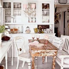Estilo shabby chic em pintura decorativa nos móveis