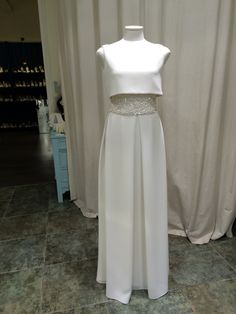 Vestido en crep !! #wedding #Weddingbcn #weddingday #weddingblogger #weddingplanner #eltocadordelanovia #tiaras #tocados #tendencias #plata #atelier #fashion #glamour #jordianguera #lenceria #novia #novias #zapatos #zapatosdenovia #coronas #costura #complementos #vintage #vestidodenovia #boda #bodas #bridal #blogger #bordados #barcelona #broderies #