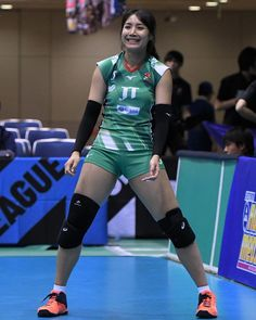 Female Volleyball Players, Volleyball Shorts, Knee Injury, Athletic Women, Beautiful Asian Girls, Sport Girl, Female Athletes, Sports Women, Gymnastics