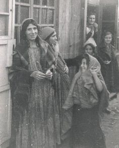* Gypsies - Ghetto Warschau 1940 * probably all killed by the Nazis.