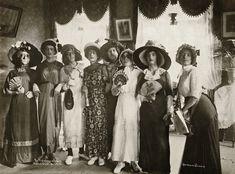 """Carnaval de 1913 - """"As Marrequinhas"""" no Clube dos Democráticos."""