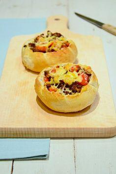 Gevulde broodjes met gehakt. Lekkere kaiserbroodjes uithollen en vullen met gebakken gehakt en kaas.