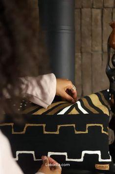 You can be certain that this rectangular cushion cover will make all the difference on your black or brown sofa. Our wool tassel cushion cover has a very discreet zipper.  Posé sur votre canapé noir ou marron, vous pouvez être sûrs que ce coussin rectangulaire fera toute la différence. Notre housse de coussin à pompons en laine possède une fermeture éclaire très discrète. Difference, African Fabric, Or, Fabrics, Black Sofa, Linens, Slipcovers, African, Fabric