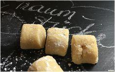 """Ein vielversprechender Name für eigentlich unscheinbare Kekse habe ich da im Internet aufgegabelt und probe-gebacken. Aber es sind ja gerade die """"einfachen"""" Zutaten Butter, Eidotter und…"""
