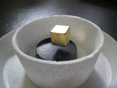 El Efecto Meissner consiste en la desaparición total del flujo del campo magnético en el interior de un material superconductor por debajo de su temperatura crítica.