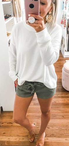Preppy Summer Outfits That Always Looks Fantastic weißes langärmliges Hemd Preppy Summer Outfits, Spring Outfits, Casual Outfits, Cute Outfits, Summer Outfits For Moms, Comfortable Summer Outfits, Looks Style, Mom Style, Style Cool