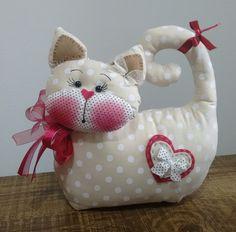 Gato peso de porta, elaborado em tecido de algodão. Detalhes em feltro e fitas. Altura aproximada: 25 cm.