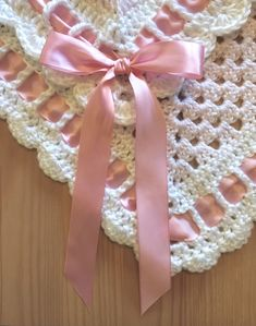 1 inch ribbon around a granny square baby blanket Crochet Blanket Edging, Crochet Baby Blanket Free Pattern, Granny Square Crochet Pattern, Crochet Granny, Double Crochet, Single Crochet, Crochet Blocks, Crochet Cushions, Afghan Crochet