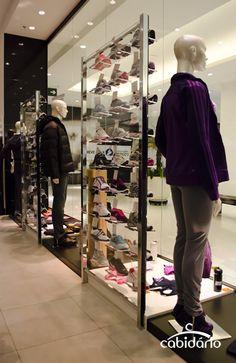 e320ee32a Painel Vetro para exposição de calçados em vitrines. Cabidário · Lojas de artigos  esportivos