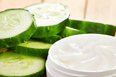 This article teaches you how to make your own anti-wrinkle mask. Cucumber On Eyes, Cucumber Mask, Avocado Face Mask, Skin Care Remedies, Natural Remedies, Anti Rides Yeux, Tumeric Masks, Masque Anti Ride, Diy Shampoo