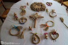 Les décorations en paille tressée sont une manière pour les paroissiens de perpétuer une coutume paysanne. - de Sao-Pedro Infane