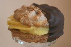 """Mandelmakroner med vaniljekrem. Glutenfritt.  Dette blir jo en slags """"Gul kake"""" i munnfull-størrelse.  Kan fryses."""