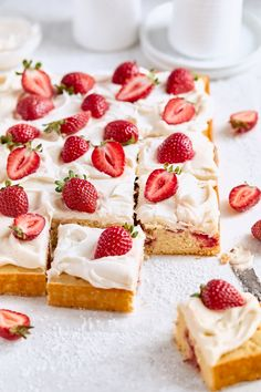 An effortless strawberry sheet cake topped with swirls of frosting and fresh strawberries. The perfect summer sheet cake! Recipe by Laura Kasavan of Tutti Dolci.  #californiastrawberries #sheetcake #strawberrycake #summerdessert #bakingathome #cakerecipes #berrycake #summercake #strawberrydessert #cakerecipe #dessertrecipe Strawberry Sheet Cakes, Strawberry Recipes, Strawberry Frosting, Raspberry Cake, Strawberry Sauce, Köstliche Desserts, Delicious Desserts, Dessert Recipes, Dinner Recipes