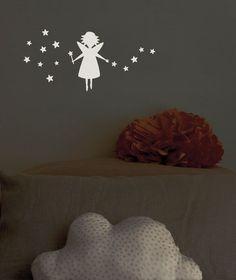 Con estos adhesivos de un hada y múltiples estrellas podrás crear un ambiente de fantasía dando un toque chic y alegre a la habitación. Se pueden aplicar a todas las superficies lisas: paredes, muebles, cristales, espejos... y ¡muy fácil de quitar!