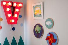 Para VICTOR, a arquiteta MELINA ROMANO montou um espaço lúdico e delicado, onde as cores se fazem presente, salpicadas em adesivos de bolinhas nas paredes.
