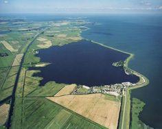 """Oneindig Noord Holland / Durgerdam: """"witte kapel"""" is blikvanger van middeleeuws damdorp"""