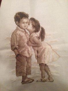 Los niños besándose - Punto de Cruz http://thisgirlikes.blogspot.co.uk/2014/07/los-ninos-besandose-punto-de-cruz.html