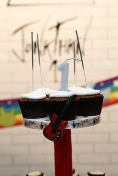 Bolo de cupcakes - Massa de chocolate com recheio de nutella e cobertura de marshmallow Cupcakes da Cupfeitaria
