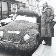 """Salvador Dalí in a fur coat, standing next to his grass-covered Volkswagen (originally created by Ferdinand Porsche). Charles Darwin, Che Guevara, Salvador Dali Art, Muse, Friedrich Nietzsche, Types Of Art, Cat Art, Art History, Vintage Photos"