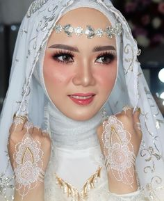 Hijabi Wedding, Muslimah Wedding Dress, Muslim Wedding Dresses, Dream Wedding Dresses, Bridal Makeup Looks, Bride Makeup, Wedding Beauty, Wedding Makeup, Wedding Headpiece Vintage