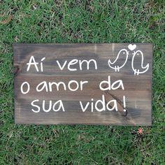 Plaquinha de madeira para pajens e daminhas, formato retangular. Tamanho: 50cm x 30cm. Aí vem o amor da sua vida!