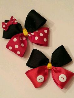 Mickey and Minnie bows Boy girl cake smash. Mickey as neck bow. Hair Ribbons, Diy Hair Bows, Diy Bow, Ribbon Bows, Ribbon Flower, Ribbon Hair, Theme Mickey, Disney Bows, Disney Mickey