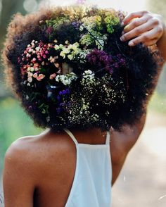 Ladies, try to fall in love again with your natural afro hair. Have a look at all these Afro hair inspiration images that we've collected for you, enjoy! Pelo Afro, Protective Hairstyles, Afro Hairstyles, Flower Hairstyles, Black Hairstyles, Lil Girl Hairstyles, Celebrity Hairstyles, Protective Styles, Hair And Beauty