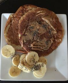 Banana pancake 🍌  1/3 taza de harina de almendras + 1/2 banana molida + 1 clara y 1 huevo entero + stevia  Con trozitos de banana y chía 💪🏼
