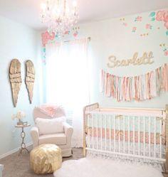 peinture chambre bébé bleu clair, lit à barreaux blanc, canapé blanc, poufe…