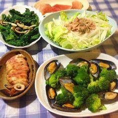 お昼食べ過ぎたので - 63件のもぐもぐ - ムール貝とブロッコリーの酒蒸し、イカぽっぽ、ほうれん草とキノコのバター炒め、ツナサラダ、マグロ by tabajun