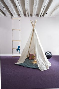 Un tipi dans la maison / A tepee at home Kid Spaces, Small Spaces, Teepee Tent, Teepees, Play Tents, Deco Kids, Kids Decor, Home Decor, Deco Design