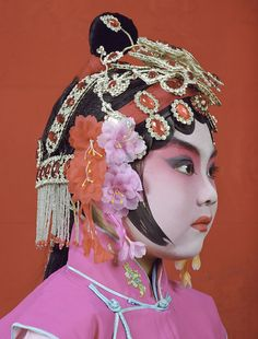 Charles Fréger, photographer, has been establishing a large series of portraits about several communities in the world. Portraits, Portrait Art, Charles Freger, Chinese Opera, China Girl, Oriental Fashion, Chinese Culture, Wedding Humor, Face Art