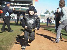 """Der fünfjährige Miles Scott jagt als """"Batkid"""" Verbrecher in San Francisco. Der krebskranke Junge hatte sich die Aktion gewünscht -..."""