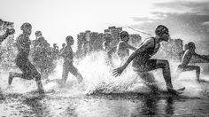 Mira las mejores imágenes del concurso de fotos de viaje 2013 de National Geographic El brasileño Wagner Araújo ganó el máximo premio de la edición 2013 del Concurso de Fotos de Viaje de National Geographic: un viaje de diez días a las islas Galápagos a bordo de un barco de la National Geographic Society. Obtuvo el galardón con la foto que tomó durante el campeonato brasileño de acuatlón (disciplina que une natación y carrera de fondo), el cual tuvo lugar en la ciudad de Manaos.