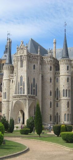 The Episcopal Palace in Astorga, Leon of Spain is a storybook sight! devourspain.com