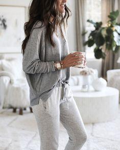 Loungewear outfits - Le bon look loungewear – Loungewear outfits Cute Lounge Outfits, Lazy Day Outfits, Comfortable Outfits, Winter Outfits, Casual Outfits, Cute Outfits, Loungewear Outfits, Pajama Outfits, Sleepwear & Loungewear
