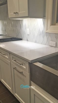 Modern Farmhouse kitchen idea with Chandelier Carrara teardrop backsplash tile i. - Modern Farmhouse kitchen idea with Chandelier Carrara teardrop backsplash tile in white marble and - Modern Farmhouse Kitchens, Rustic Kitchen, Cool Kitchens, Kitchen Modern, Small Kitchens, Minimal Kitchen, Dream Kitchens, Farmhouse Sinks, Farmhouse Style