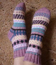 Stranded color work socks, designed to use up leftover scraps of sock yarn. Diy Knitting Socks, Crochet Socks, Sweater Knitting Patterns, Knitting Stitches, Hand Knitting, Knitted Hats, Knit Socks, Lots Of Socks, Little Cotton Rabbits