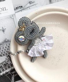 Beaded Brooch, Beaded Jewelry, Unique Jewelry, Brooches Handmade, Handmade Gifts, Rhinestone Crafts, Beaded Animals, Christmas Inspiration, Beaded Embroidery