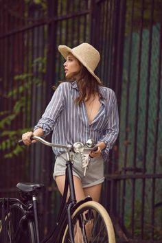 look-camisa-listrada-short-moletom-chapeu