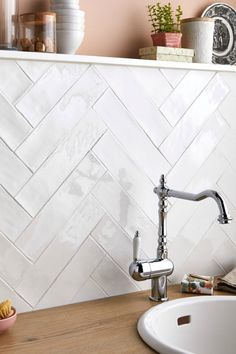 Bathroom renovations 579064464570179072 - Carrelage mur uni blanc brillant x cm, Bakerstreet Kitchen Credenza, Kitchen Inspirations, Bathroom Interior Design, Chevron Kitchen, Modern Kitchen, Kitchen Backsplash Trends, Kitchen Tiles Backsplash, Kitchen Renovation, Bathroom Decor