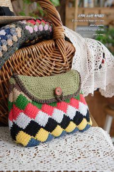코바늘뜨기 파우치 만들기!-Crochet Entrelac Stitch(뜨는법동영상) 처음엔 코바늘뜨기 블랭킷을 크게 ... Crochet Handbags, Crochet Purses, Crochet Pouch, Tunisian Crochet, Clutch Purse, Straw Bag, Diy And Crafts, Crochet Patterns, Quilts