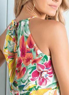 Blusa Floral com Abertura Gota Frontal - Quintess Cute Summer Dresses, Casual Dresses, Sewing Blouses, Dress Tutorials, Couture Tops, Chic Dress, Blouse Styles, Corsage, Shirt Blouses