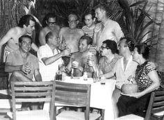 Acapulco, 1965: Gabriel García Márquez (con gafas, sentado), con Luis Alcoriza y Luis Buñuel (a su derecha). Foto: EL PAIS