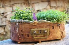 Kouzelná+zahrada+Oválný+květník+s+krásným+kováníma+starým+klíčkem.Zdoben+razítky,+část+okraje+je+ozdoben+provázkem.+Ideální+na+bylinkovou+dekoraci,+nebo+vaši+malou+soukromou+zahrádku+v+jednom+truhlíčku.(dovnitř+se+vlezou+2+květináčky)+:-)+Odlehčený+na+kulatých+drobných+nožkách...+Vhodný+na+terasu,+schody,+zahradu,+okno...+kamkoliv+.+Originál+od+Lajky...+Délka...