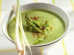 Asiatisch inspiriert: Grüne Spargelsuppe mit Zitronengras - smarter - Zeit: 30 Min. | eatsmarter.de