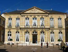 Hôtel de Brienne (1726) 14, rue Saint-Dominique Paris 75007. Résidence du ministre de la Défense. Façade sur cour.